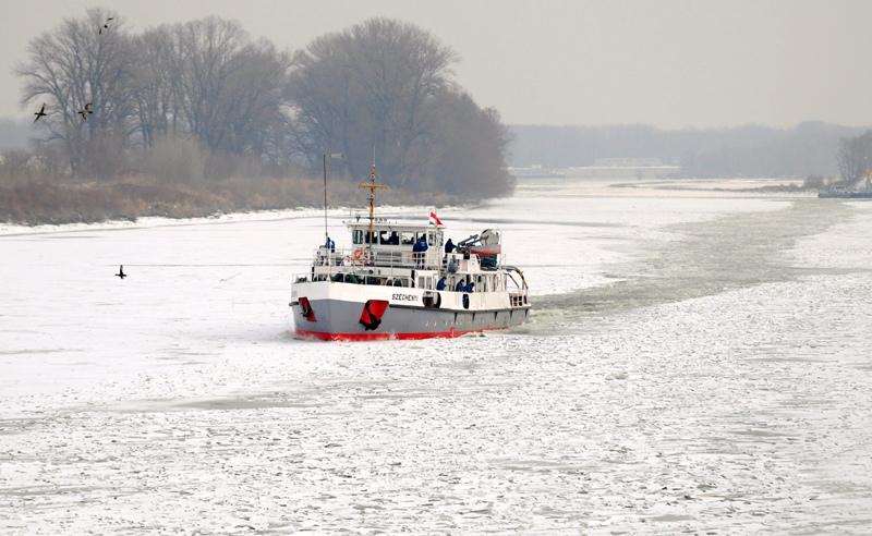 Göny?, 2012. február 9. Az ország legnagyobb jégtör? hajója, a Széchenyi halad a befagyott Dunán, Göny? közelében. A 40 méter hosszú, 420 tonnás vízkiszorítású hajó - amely két méter mélyen is képes megbontani a jégtáblákat - csak nappal közlekedhet, ezért csak február 11-re érhet Bajára. MTI Fotó: Krizsán Csaba